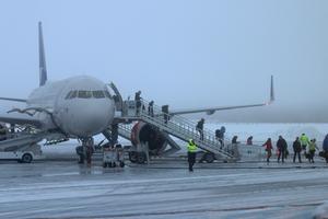 Första internationella flyget landar. Foto: Niklas Wahlström