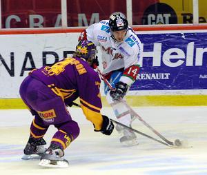 Eric Johansson går till attack i en match mot Färjestad. Foto: Jörgen Wåger