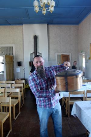 Kämp Johan Larsson från Äppelbo kom med en kista fylld av samiska alster.