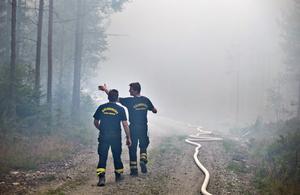 Det behövdes många meter slang för att släcka elden.