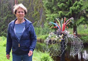 Margit Lindholm visar upp en fibernätblomma.