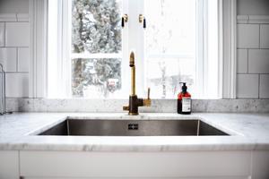 Utanför köksfönstret är vintern krispigt vit.