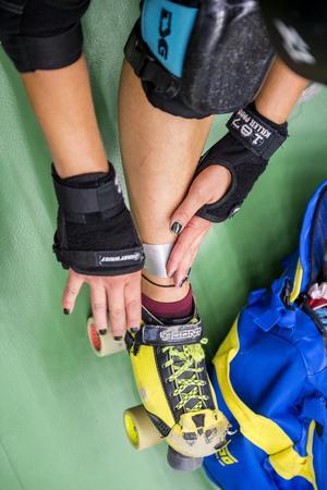 Rullskridskor, knäskydd, armbågsskydd, handledsskydd, hjälm och tandskydd behövs när man tränar roller derby.