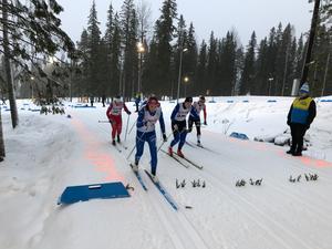 Sara Andersson (blå åkare, vänster). Foto: IFK Mora.