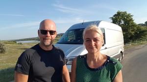 Danne och Susanne Stattin med den sponsrade bussen som hjälper dem frakta skänkta saker till välgörenhet i Moldavien.Foto: Privat
