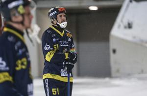Pär Bäckmans, veteran och lagkapten, deppar efter Falu BS tunga uttåg.