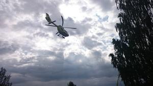 Ambulanshelikoptern lämnar campingbadplatsen där dramat utspelade sig.