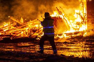 En fullt utvecklad brand uppstod i en ladugård i Idbyn utanför Ö-vik.