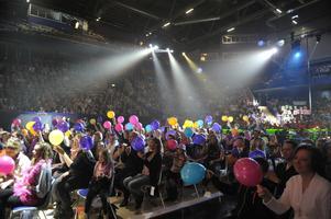 Publiken med ballonger under strålkastarljus i Tegera Arena 2012. (Foto: Jessica Gow/TT)