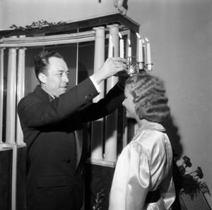 Albert Camus kröner Stockholms lucia 1957. Foto: Gunnar Lantz
