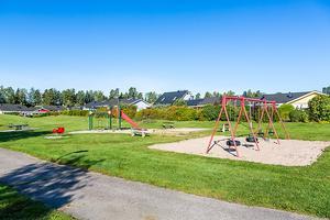 Villan ligger i ett attraktivt område med grönområden, lekpark och närhet till skola och förskola.