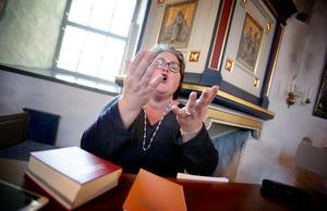 Kyrkomusikern Helene Wanrud leder kören med stor entusiasm. Joyful Voices övar varje onsdag.
