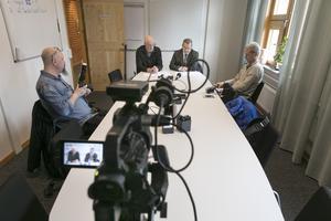 Vid presskonferensen deltog Mikael Cederberg, förbundsdirektör för Jämtlands Gymnasieförbund och Pär Löfstrand, ordförande för JGY. Till vänster i bild ses Lasse Ljungmark, Länstidningen, och till höger i bild Denny Calvo, Östersunds-Posten.