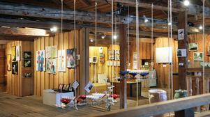 Galleri Hamnmagasinet ligger på övervåningen till hantverksbutiken i Mellanfjärden.
