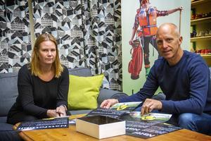 Linda Wallberg och Tony Croon från Föreningsalliansen planerar inför första nattfotbollskvällen.