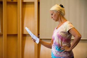 Anne Sofie von Otter följer musiken i notbladet.
