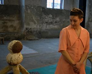 Hur ska man som akrobat förhålla sig till ett stillastående objekt? Något att fundera på för Signe Veinholt från Dala-Floda.