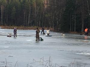 Många fiskare syntes ute på Järndammens tjocka is under trettondagen när det vankades fiskepremiär.