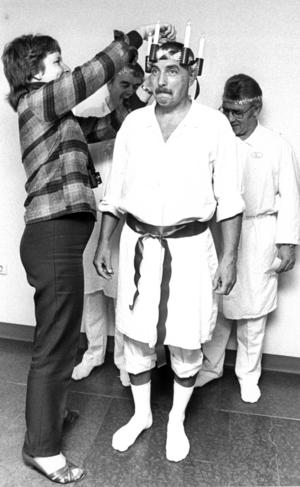 John Åslund, lucia, och tärnorna landstingsråden Ivar Johansson och Ivan Olsson. 1984. Foto: ÖP:s arkiv