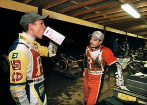 Andreas Jonsson tar en klunk vatten i sällskap av lagkamraten Ryan Sullivan.