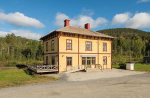 Stationshuset i Skorped, en vacker träbyggnad från slutet av 1800-talet, är till salu. Utgångspriset är satt till 345 000 kronor.  Foto: ERA Mäklarbyrå