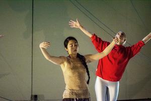 Marcia Liu och Elin Hedin sträcker sig mot ljuset, likt trädens kronor.