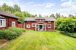 Denna gård i Sundborn, Falu kommun, var en av de mest klickade objekten i Dalarna på Hemnet under vecka 17. Foto: Lars Bergman/Zentuvo