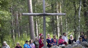 Solen sken och lyste upp skogsgläntan på Gammplatsen när kvarlevorna från de 25 personerna åter sattes ned i jorden. Foto: Per Landfors.