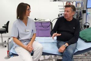 En god kontakt mellan personal och patient är viktig för att undersökningen ska gå bra. Nils Vagerstam har alltid känt sig väl omhändertagen av Cathrine Theuer och övrig personal på endoskopimottagningen.
