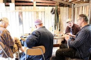 Utöver flöjtbyggarkunskaper delas en del fina historier från förr vid bordet i snickarboden i Haverö.