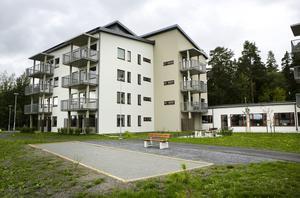 Det har inte blivit någon rusning till det nya trygghetsboendet i Östersund. Alla lägenheter är klara för inflyttning och verksamheten med trygghetsvärdar är igång men två av tre lägenheter står fortfarande tomma.