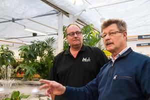 Ägarskifte på trädgårdscentret i Hökåsen. Thomas Norell, 49 år, har tagit över efter Göran Lindkvist, 68. Göran Lindkvist är imponerad över Thomas, som redan hunnit ändra om i butiken och byggt en porlande damm med rökeffekter.