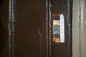 Här kan man se de olika färger som den här delen av väntsalen varit målad i. Man valde att måla i brunt som var den första färg som användes.
