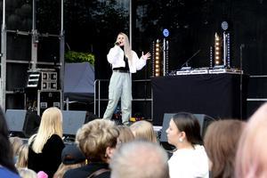 Erika Norrbom från Sundsvall sjöng några låtar för den stora publiken på Stora torget.