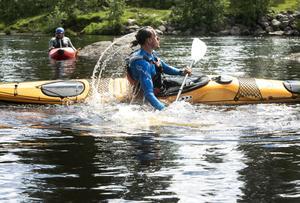Gustav Ringström demonstrerar eskimåvändning. Men som motionär är det ingenting man behöver kunna. Kajakerna är så stabila att de rent av är svåra att lyckas välta.