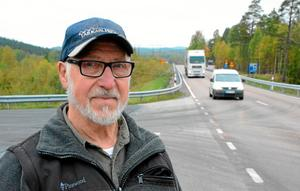 Här behövs ett högersvängsfält. Det har Oskar Martinsson, pensionerad lastbilschaufför, jobbat för i många år nu. Utan resultat.