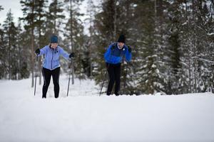 Kerstin Stickler får coachning av Johan Olsson. Foto: SVT / Bodesand & co