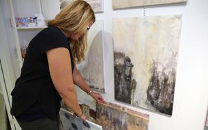 Marilyn Miller bläddrar bland sina tavlor som ska till New York nästa år.