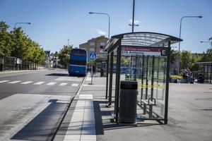 Kräv åtminstone att passagerare har munskydd på sig vid färd med buss. Det menar insändarskribenten.