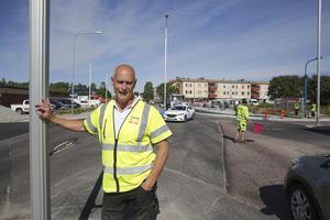 Trafikvakter har varit en vanlig syn för bilister som åkt på Gamla Bangatan de senaste månaderna. Trafikvakter kommer också att användas när gatan ska asfalteras, men det arbetet kommer att ske nattetid, uppger Michael Hendberg.