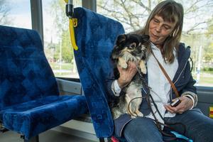 """""""Bussen är en tillgång för hela Fagersta"""", säger Monika Leithner som reser tillsammans med hunden Poppe."""