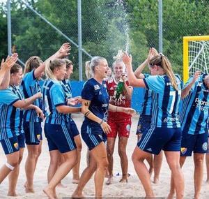 Förra sommaren blev man svenska mästare. Nu väntar sportens motsvarighet till Champions League i Portugal för Josefine Bauer (mitten) och Djurgårdens beach soccer-lag.