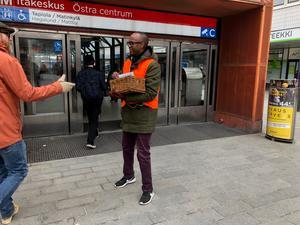 Husu Hussein delar ut flygblad och choklad i Östra Centrum i Helsingfors. Många är vänliga. Men klimatet har hårdnat.