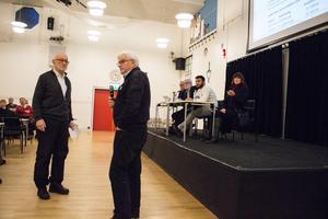 Bernt Lindstenz (med mikrofonen) besvarade kritiken mot hur den förra styrelsen för Folkets hus i Säter hanterade ekonomin.