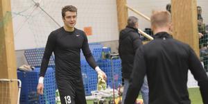 Målvakten Lee Johnston har tränat med IFK Timrå – som får konkurrens av Carlstad United om hans signatur.