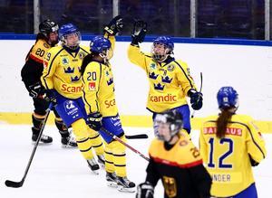 Pernilla Winberg, Olivia Carlsson och Fanny Rask jublar. Foto: Josefine Loftenius / BILDBYRÅN.