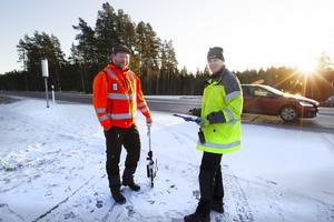Anders Eriksson från E&K Trafiksäkerhet AB och Stefan Lindh från Trafikverket är ute på platsen och gör en syn inför en slutbesiktning.