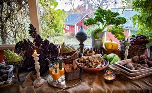 Nyskördade pumpor, rödbetor, morötter, potatis och lök inspirerar till goda middagar och en och annan skördefest.