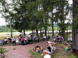 Många hade sökt sig till hembygdsgårdens brasafton. Foto: Privat