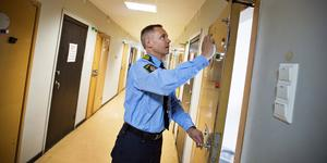 Det är oklart om mannen fördes till Köpings polisstation eller till Västerås för tillnyktring. Här är en arkivbild på fyllecellerna i Västerås med polisen Peter Jonsson. Foto: Tony Persson.